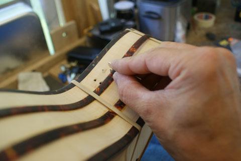 Vor dem 1. Lackiergang muss das Binding wieder auf den rohen und geschliffenen Body aufgearbeitet werden. Die Stückelung kommt wieder an die Stelle wie beim Original.