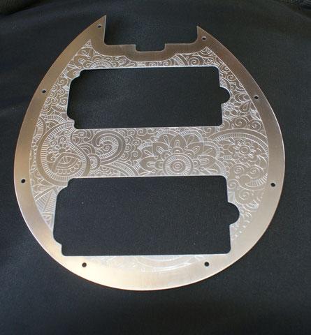 Auch das Schlagbrett wird neu gestaltet. Es ist aus Alu mit einem gravierten Paisley Muster.