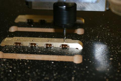 Nun werden die Löcher bearbeitet in die später die Schrauben kommen.
