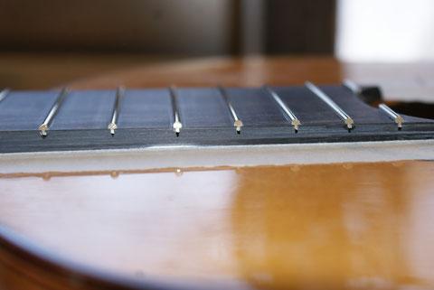 Nach dem Bundieren kann man gut sehen, dass die Bundstäbe gut sitzen, aber der Gitarrenbauer der das Instrument gebaut hat, viel zu tief geschnitten hat. Wenn ich fertig bin, wird man das aber nicht mehr sehen ;)