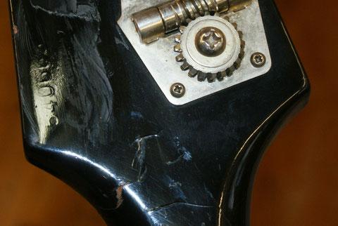 Beschädigungen des Holzes können nach der entfernung des Lackes repariert werden.