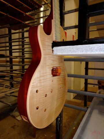 Nach insgesamt 8 Schichten auf dem Top und drei auf dem Rest der Gitarre wird jetzt ein wenig gewartet. In 4-5 Tagen wird wieder geschliffen und danach werden weitere Schichten aufgetragen.
