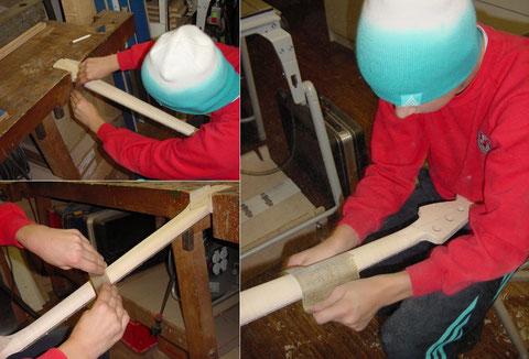 Das feine Ausarbeiten des Halses geschieht mit der Ziehklinge und dem Schleifpapier