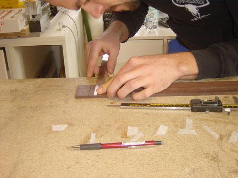 Danach wird das Griffbrett für die Einarbeitung der Inlays vorbereitet.