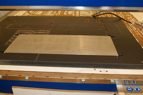 Nun kann die Rückseite der Aluplatte, aus der die Pickuprahmen entstehen, bearbeitet werden.