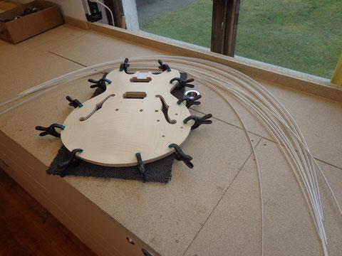 Das Binding für die F-holes kann eingearbeitet werden.