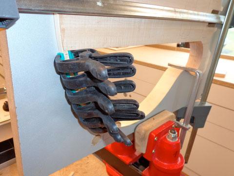 Nun wird mit Holzleim alles eingeklebt.