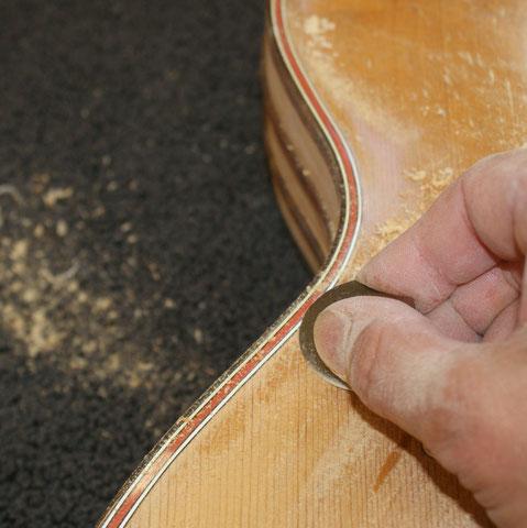Mit Ziehklingen wird vorsichtig der alte Lack entfernt.