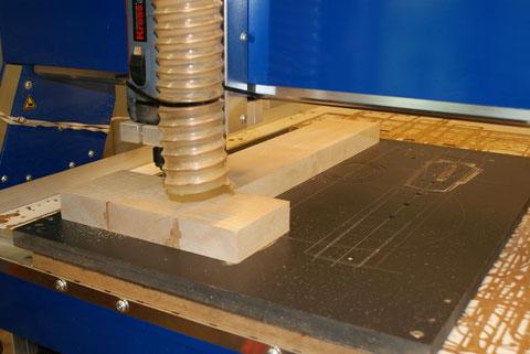 Mit der CNC werden die Konturen gefräst.