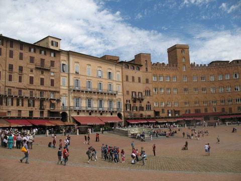 Die mittelalterliche Stadt Siena, einmal im Jahr finden auf diesem Platz Pferderennen statt