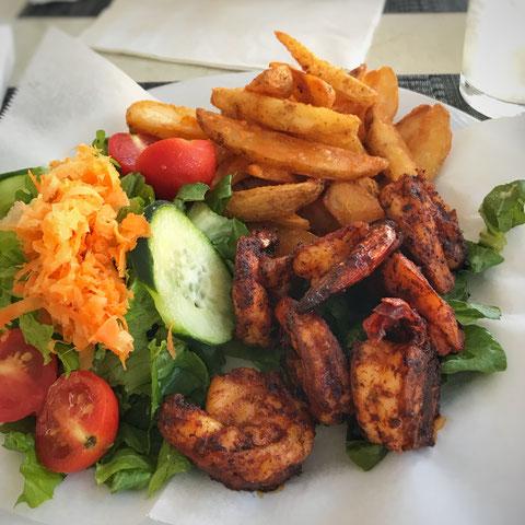Shrimps mit Kartoffeln und Salat in Nassau
