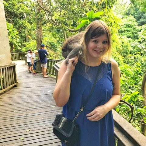 Im Sacred Monkey Forest in Ubud mit Äffchen auf der Schulter