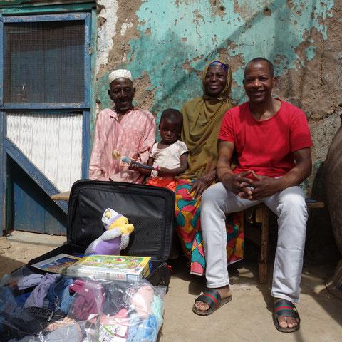 Ibrahim bringt einem Patenkind samt Oma & Opa Kleiderspenden & Spiele...