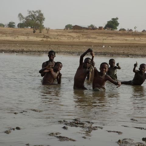 Kinder beim Fische fangen nahe Bawku