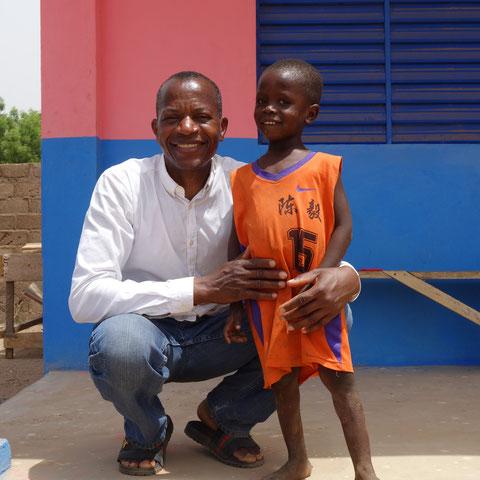 Eines von vielen Kindern, das sich auf die neue Schule freut !