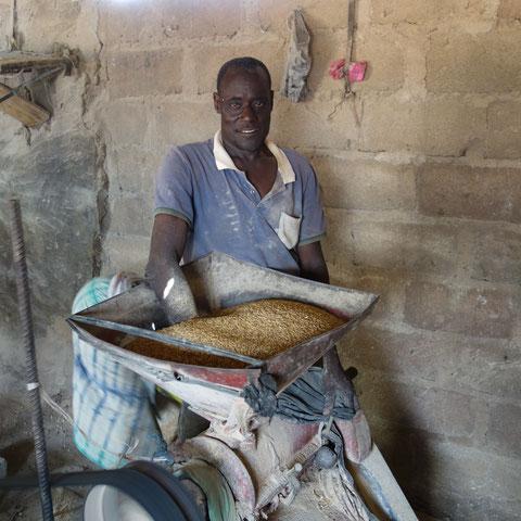 Reis wird geschält  (in Ghana)