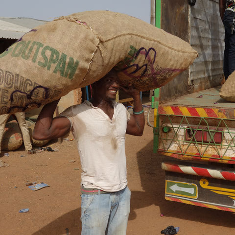 per LKW geht die Ware nach Kumasi, Accra und anderen Dörfern