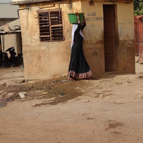 Wasser gegen Geld (in Togo). Im Haus muß man vorher zahlen.