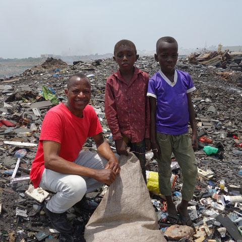 Kinder in Accra, die im Müll nach etwas wertvollem wie Kupfer suchen