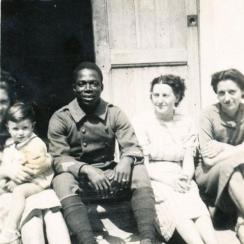 Barnabé entre à gauche Bernard Millé et à droite Jeanne Millé et Nénette Ribes
