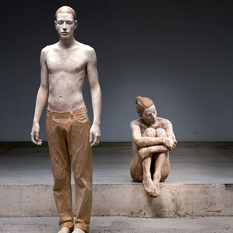 "bruno walpoth, ""eliseo"", 2020, 174 x 54 x 29 cm, linde, unikat & ""alleinsein"", 2020, 86 x 38 x 59 cm, nussholz, unikat – erlas galerie"