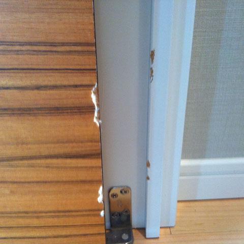 扉と枠のキズ「補修前」
