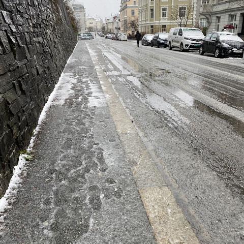 Bei diesen Straßen in Bergen sind wasserdichte Schuhe Gold wert!