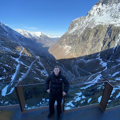 Trotz gesperrter Straße liefen die Praktikanten die gesamte Bergstraße Trollstigen hinauf und wurden mit diesem Ausblick belohnt