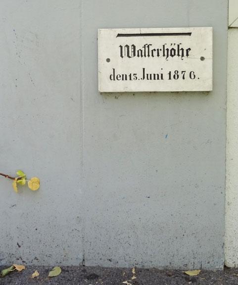 Hochwassermarke bei der Buchhandlung Klappentext in Weinfelden