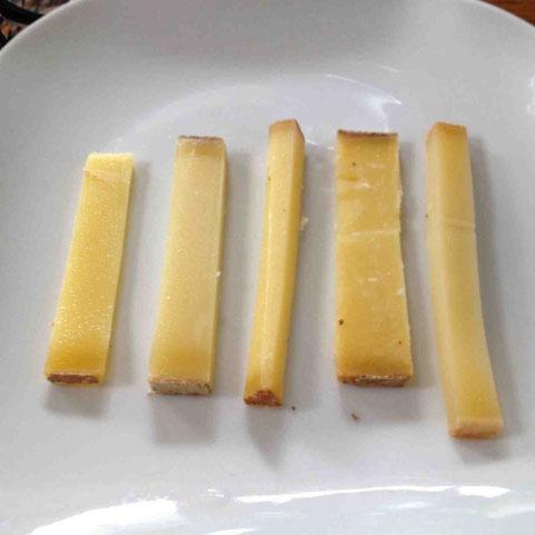 クセのあるチーズが好きな私はやはり熟成期間が進んだものが好み。チビチビと赤ワインといきたいな