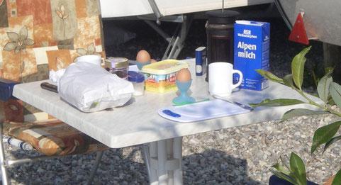 frühstück am see, alles morgenfrisch, brot, milch und eiern. dazu natülich dampfender caffee.