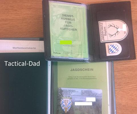 Jagdaufseher Abzeichen und Jagdaufeher Ausweis. Die grüne Mappe links unten ist mein wichtigster Ausrüstungsgegenstand: Mein Notizbuch.