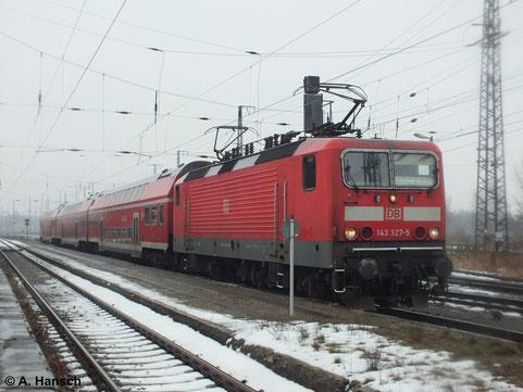 143 327-5 wartet am nasskalten 2. Februar 2014 mit ihrer RB nach Halle (Saale) in Luth. Wittenberg Hbf.