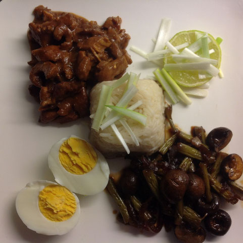Ajam setan met pandan rijst, ei en gesmoorde boontjes en paddestoelen in ketjap/gember saus.