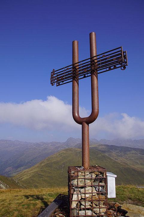 Das einzigartige Gipfelkreuz auf der Gaugen mit Blick nach Norden zum Stawipfel