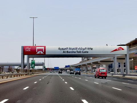 """Jedes Fahrzeug, dass ein """"Toll Gate"""" in Dubai  passiert, benötigt einen Salik-Aufkleber mit einem Guthaben auf der Windschutzscheibe"""