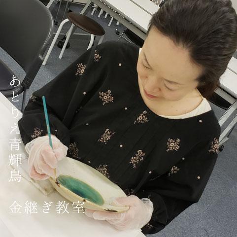 漆を使った陶器の修理「金継ぎ」の作業