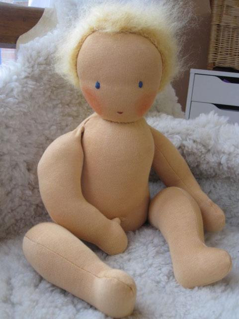 Baby Lina besteht aus einer doppelten Schicht hochwertigster stabiler Schweizer Puppenhaut, gefüllt mit Mineralgranulat (ein ganz feiner, gereinigter Quarzsand) und Schafwollvlies kbT