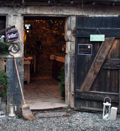 durch eine alte Stalltüre geht es in das Innere von abloom-der Stall