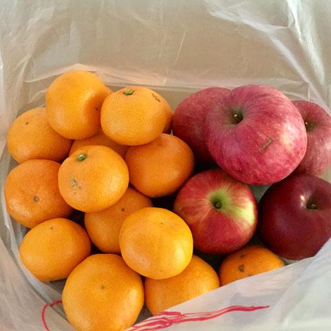 大量に果物をいただいた♪ 「今が食べ頃やから直ぐ食べて! 日い置いたら腐るきね!www」 といわれてもこの量を三人に短期間でとなると、、、(汗) がんばります!