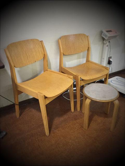 お見舞い先の病院で発見した二種類の椅子!、、この椅子!明らかにあの椅子にインスパイア、、、てかルーヴェとアアルトのパクリじゃん!w まあスツールの方は、いろんなところがパクッてるからよく見かけるけスツール60の偽物さんw、 もう一方は、、その年代位に影響受け、似たデザインの椅子はビンテージではよくあるけど、、、最近のじゃ知らないな~、、、