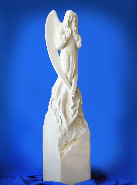 Engel aus Sandstein,höchste Qualität,meisterhafte Bearbeitung. Angel highclass. Die Handflächen weisen in Höhe der Brust nach vorne, als würden sie eine unsichtbare Kugel halten.