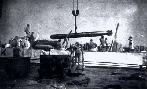 Torpedoübernahme in einem Italienischen Hafen – Foto: Archiv Kloetzke