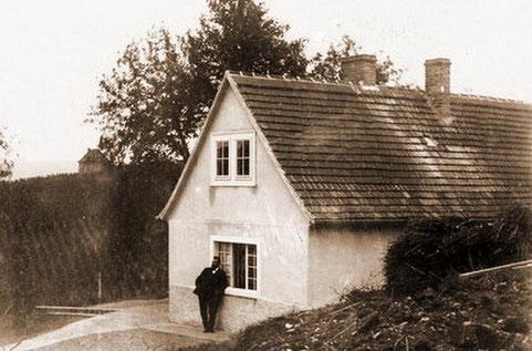 Max Klinger vor dem Schafstal