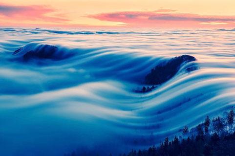 Foto: Adrian Wirz 'Die Nebelwelle auf der Belchenfluh' www.belchen-schweiz.ch