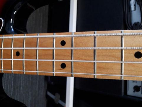 メイプル指板。上位機種はワンピースですが、こちらは貼りメイプルになります。かなり太いネックです。弦はリチャードココ(045、.065、.085、.105)を張っています。