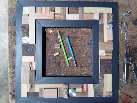 encadrement de miroir en bois, acier et aluminium