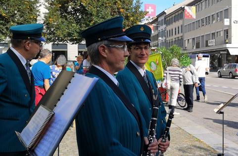 Marianne Lienhard bei einem musikalischen Auftritt vor dem Rathaus in Glarus.