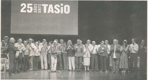 Al término de la gala, todos los participantes en la película Tasio se reunieron sobre el escenario. (Foto: Montxo A.G.)