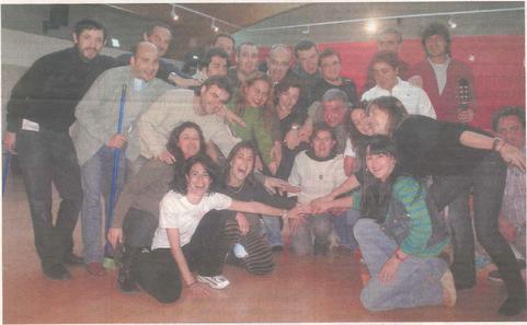 Los intérpretes del montaje del 25 aniversario posan durante uno de los ensayos que han llevado a cabo en la casa de la juventud de Estella. (Foto: M.P.A.)